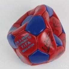 Coleccionismo deportivo: F.C.B BALON F.I.F.A. REGULATION FIRMADO POR LOS JUGADORES DEL F.C.BARCELONA.AÑOS 1992-1993.. Lote 140738158
