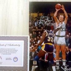 Coleccionismo deportivo: NBA LARRY BIRD FOTO FIRMADA, CON CERTIFICADO AUTENTICIDAD. Lote 143914898