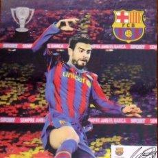 Coleccionismo deportivo: POSTER EN 3D CON TARJETA F.C.BARCELONA PEGADA Y AUTÓGRAFO, FIRMA DE GERARD PIQUÉ. 42X30 CM.. Lote 144117542