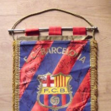 Coleccionismo deportivo: F.C.BARCELONA. BANDERÍN 19 AUTÓGRAFOS BALONMANO 1990-91. FIRMAS: VUJOVIC, URDANGARIN, MASIP, RIVERA.. Lote 145164238