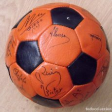 Coleccionismo deportivo: BALÓN, PELOTA FIRMADA F.C. BARCELONA 1982-83 21 AUTÓGRAFOS MARADONA, QUINI, MIGUELI URRUTI, SCHUSTER. Lote 146640054