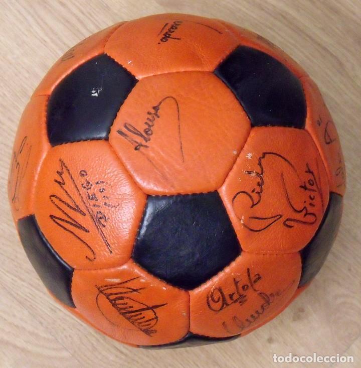 Coleccionismo deportivo: BALÓN PELOTA FIRMADA F. C. BARCELONA 1982-83 21 AUTÓGRAFOS MARADONA, QUINI MIGUELI URRUTI, SCHUSTER - Foto 2 - 146640054
