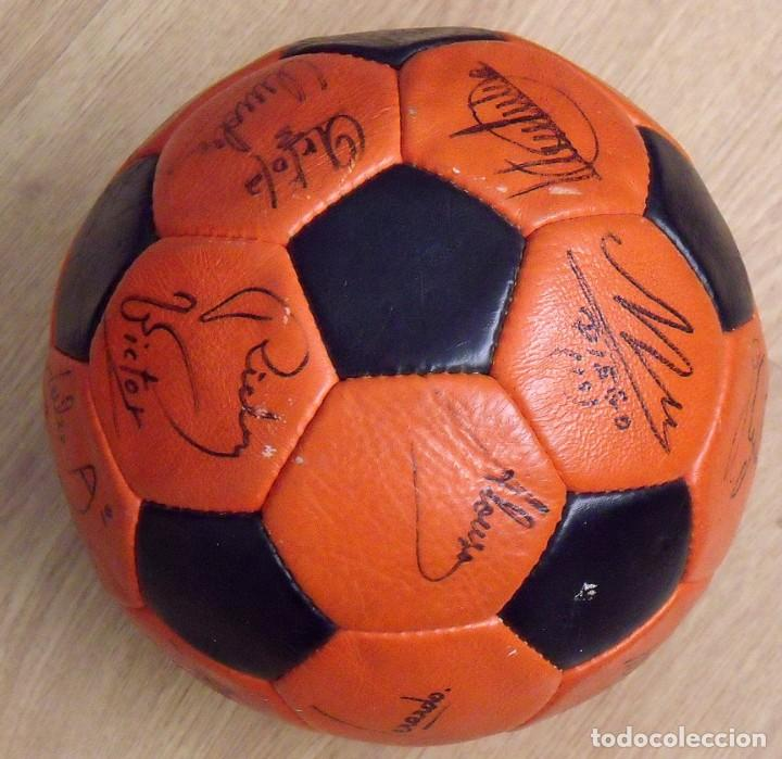 Coleccionismo deportivo: BALÓN PELOTA FIRMADA F. C. BARCELONA 1982-83 21 AUTÓGRAFOS MARADONA, QUINI MIGUELI URRUTI, SCHUSTER - Foto 9 - 146640054