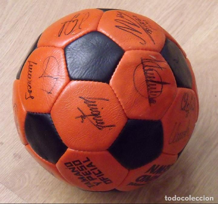 Coleccionismo deportivo: BALÓN PELOTA FIRMADA F. C. BARCELONA 1982-83 21 AUTÓGRAFOS MARADONA, QUINI MIGUELI URRUTI, SCHUSTER - Foto 12 - 146640054