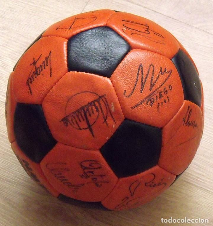 Coleccionismo deportivo: BALÓN PELOTA FIRMADA F. C. BARCELONA 1982-83 21 AUTÓGRAFOS MARADONA, QUINI MIGUELI URRUTI, SCHUSTER - Foto 13 - 146640054