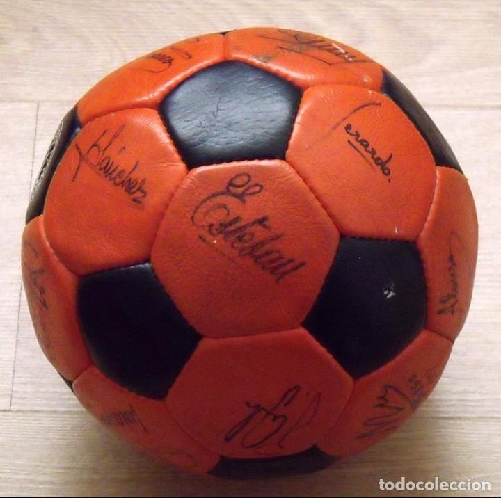 Coleccionismo deportivo: BALÓN PELOTA FIRMADA F. C. BARCELONA 1982-83 21 AUTÓGRAFOS MARADONA, QUINI MIGUELI URRUTI, SCHUSTER - Foto 14 - 146640054