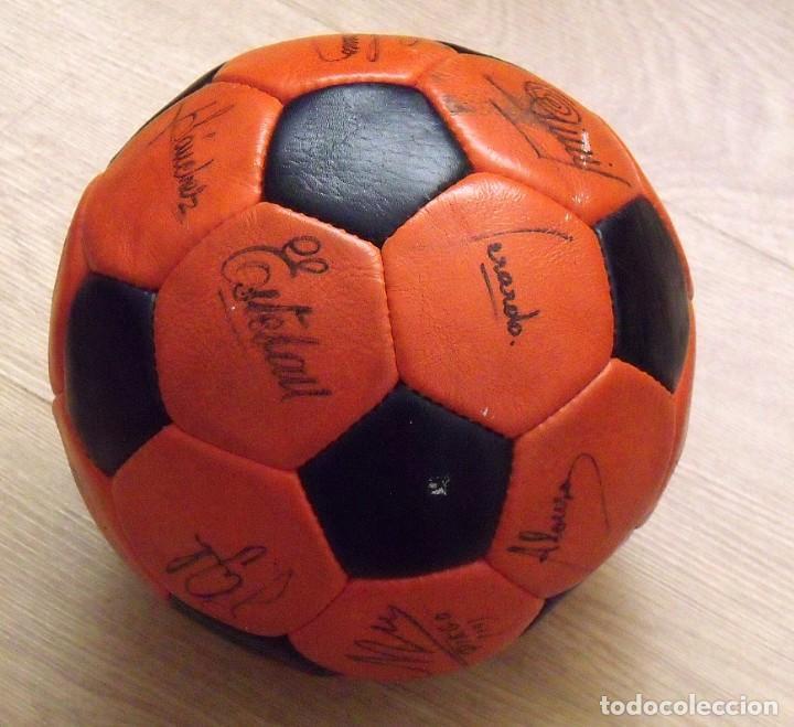 Coleccionismo deportivo: BALÓN PELOTA FIRMADA F. C. BARCELONA 1982-83 21 AUTÓGRAFOS MARADONA, QUINI MIGUELI URRUTI, SCHUSTER - Foto 15 - 146640054