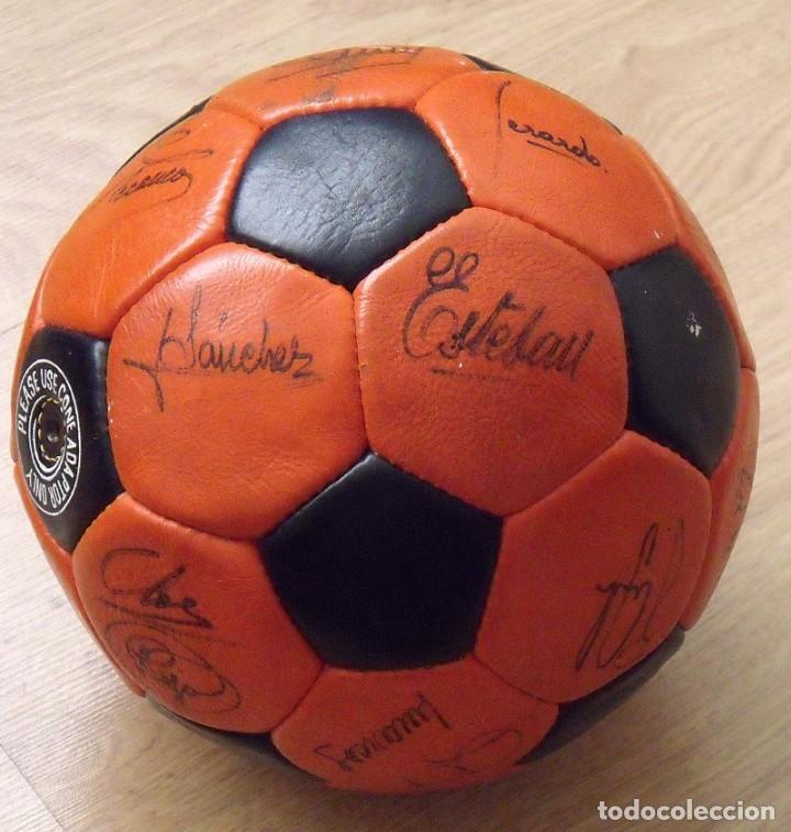 Coleccionismo deportivo: BALÓN PELOTA FIRMADA F. C. BARCELONA 1982-83 21 AUTÓGRAFOS MARADONA, QUINI MIGUELI URRUTI, SCHUSTER - Foto 18 - 146640054