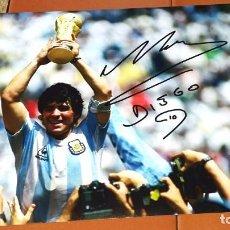 Coleccionismo deportivo: MARADONA - AUTÓGRAFO EN FOTOGRAFÍA CON COPA DEL MUNDO. Lote 147054018