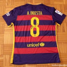 Coleccionismo deportivo: CAMISETA F.C. BARCELONA. FIRMA, AUTÓGRAFO ORIGINAL DE INIESTA. NUEVA CON ETIQUETA. NIKE L. DORSAL 8.. Lote 156266654