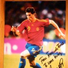 Coleccionismo deportivo: AUTÓGRAFO - FERNANDO TORRES SOBRE FOTOGRAFÍA GRAN TAMAÑO - 20,5 X 29,5 CM - ATLÉTICO DE MADRID . Lote 156677014