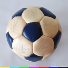 Coleccionismo deportivo: BALÓN FIRMADO REAL MADRID - 86/87 - BUYO SANTILLANA BUTRAGUEÑO GALLEGO CAMACHO GORDILLO HUGO SANCHEZ. Lote 165164618