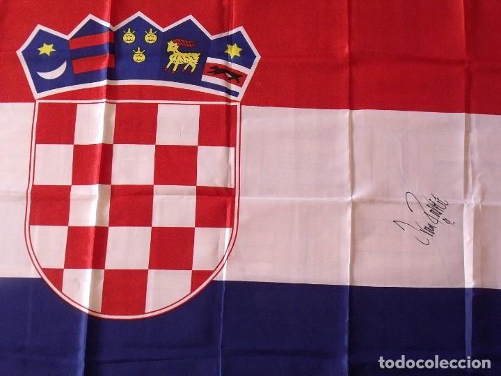 Coleccionismo deportivo: Autógrafo Ivan Rakitic. Bandera de Croacia. F.C. Barcelona. 2015. Buen estado. 90x150 cm. - Foto 3 - 166007158