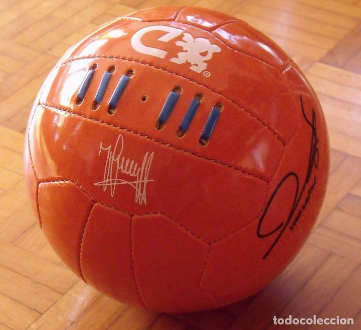 Coleccionismo deportivo: Balón serie limitada firma serigrafiada Johan Cruyff y firma original Joan Laporta. F. C. Barcelona. - Foto 2 - 166299994