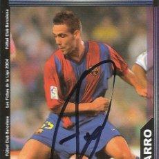 Coleccionismo deportivo: CROMO AUTÓGRAFO, FIRMA FERNANDO NAVARRO. F.C.BARCELONA. LIGA 2004. LFP. MUNDICROMO. 9X6,5 CM.. Lote 167530248