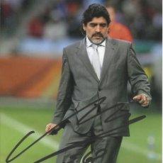 Coleccionismo deportivo: FOTOGRAFÍA CON AUTÓGRAFO, FIRMA ORIGINAL MARADONA. ARGENTINA. 15X10 CM. BUEN ESTADO. FÚTBOL.. Lote 167613624