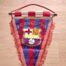 Coleccionismo deportivo: BANDERÍN F.C.BARCELONA. 20 AUTÓGRAFOS 1980-81. QUINI, MIGUELI, REXACH, OLMO, ARTOLA, SCHUSTER. Lote 174184104
