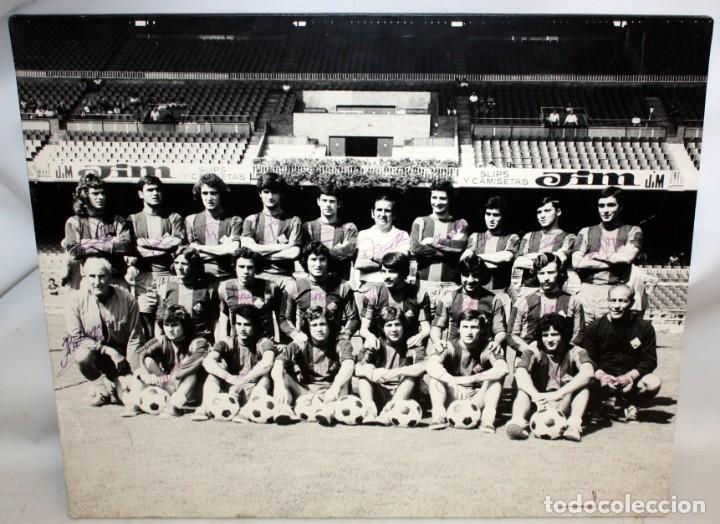 Coleccionismo deportivo: FOTOGRAFIA DEL BARÇA ATLETIC - AÑOS 70 - CON FIRMAS DE LOS JUGADORES - FOTO SEGUI - 45,5 X 55 CM. - Foto 2 - 175209370