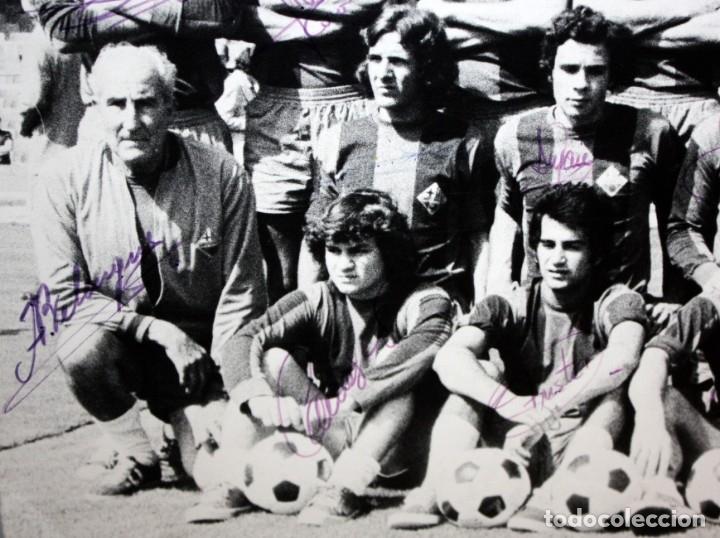 Coleccionismo deportivo: FOTOGRAFIA DEL BARÇA ATLETIC - AÑOS 70 - CON FIRMAS DE LOS JUGADORES - FOTO SEGUI - 45,5 X 55 CM. - Foto 3 - 175209370