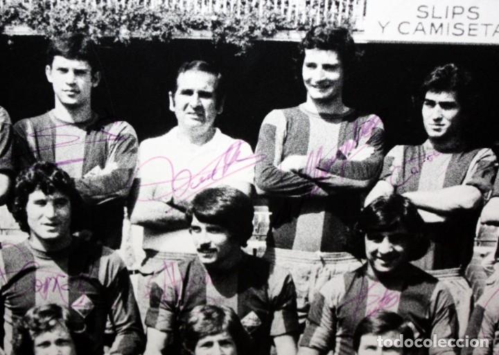 Coleccionismo deportivo: FOTOGRAFIA DEL BARÇA ATLETIC - AÑOS 70 - CON FIRMAS DE LOS JUGADORES - FOTO SEGUI - 45,5 X 55 CM. - Foto 5 - 175209370