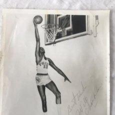 Coleccionismo deportivo: FOTOGRAFÍA CON AUTÓGRAFO DE PUÑO Y LETRA DEL GRAN WILT CHAMBERLAIN 1960'S.PHILADELPHIA 76ERS. BASKET. Lote 210196501