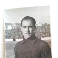 Coleccionismo deportivo: ALBERTO MARTORELL PORTERO INTERNACIONAL RCD ESPAÑOL FOTOGRAFIA FIRMADA AÑO 1944. MED. 9 X 14 CM. Lote 189984495