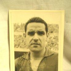 Coleccionismo deportivo: FOTO ORIGINAL FIRMADA POR JESÚS GARAY JUGADOR FUTBOL CLUB BARCELONA, CON DEDICATORIA. MED. 9 X 14 CM. Lote 189984581