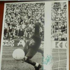Coleccionismo deportivo: GATO FERNANDEZ REAL CLUB DEPORTIVO ESPAÑOL FOTO ORIGINAL ANTIGUA CON AUTOGRAFO . Lote 195389101