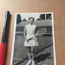 Coleccionismo deportivo: MRS. M. WEISS AUTOGRAFO WIMBLEDON FOTO PRENSA. Lote 202736820
