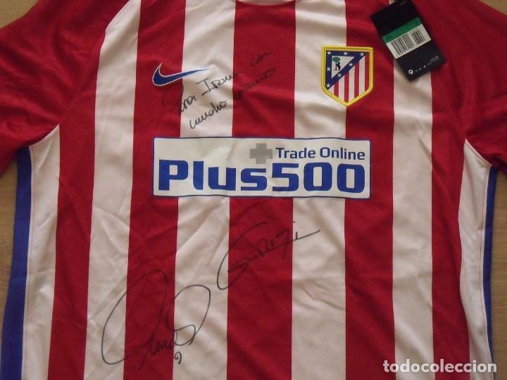 Coleccionismo deportivo: Camiseta Atlético Madrid. Autógrafos, firmas originales Fernando Torres y Antoine Griezman. 2016-17. - Foto 2 - 203446750