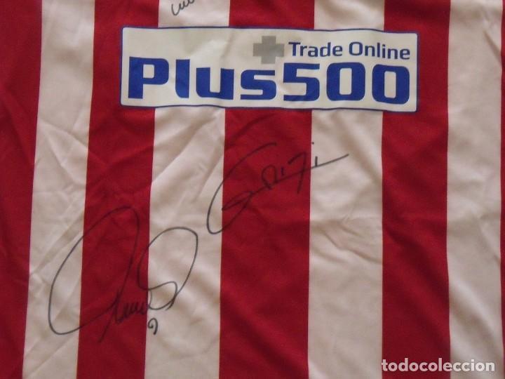 Coleccionismo deportivo: Camiseta Atlético Madrid. Autógrafos, firmas originales Fernando Torres y Antoine Griezman. 2016-17. - Foto 3 - 203446750