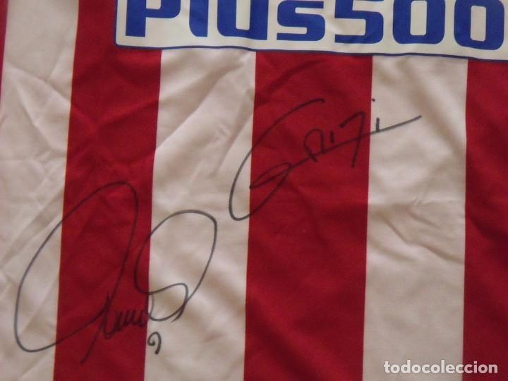 Coleccionismo deportivo: Camiseta Atlético Madrid. Autógrafos, firmas originales Fernando Torres y Antoine Griezman. 2016-17. - Foto 4 - 203446750