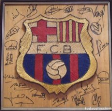 Coleccionismo deportivo: ESCUDO F.C. BARCELONA 20 AUTÓGRAFOS EQUIPO 1988-89. CRUYFF, LINEKER, REXACH, VALVERDE, CARRASCO.... Lote 206523906