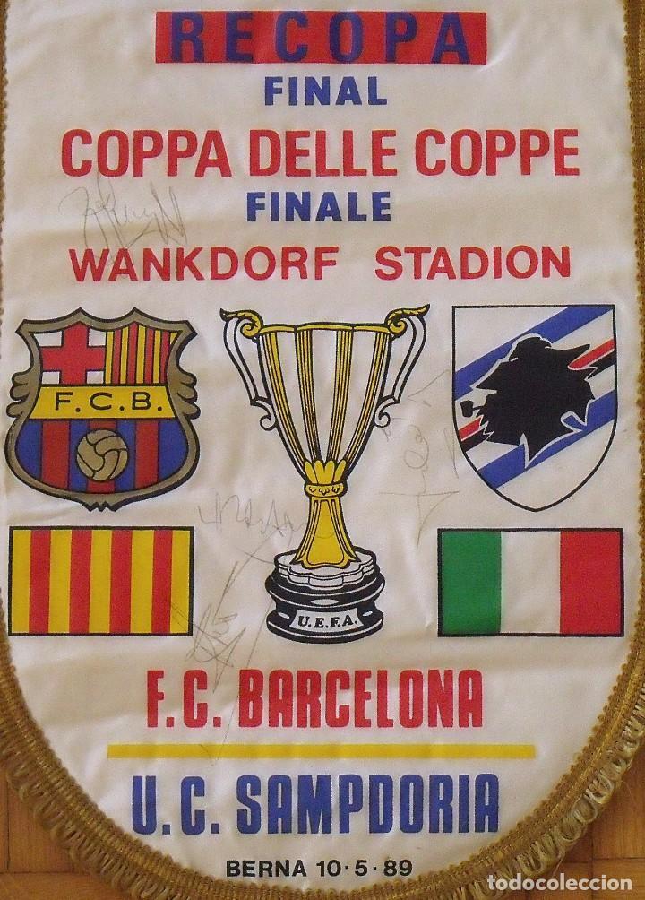 Coleccionismo deportivo: Banderín F.C. Barcelona. Autógrafos Cruyff, Alexanco, Urbano y Julio Alberto. Final Recopa 1989. - Foto 2 - 207580093