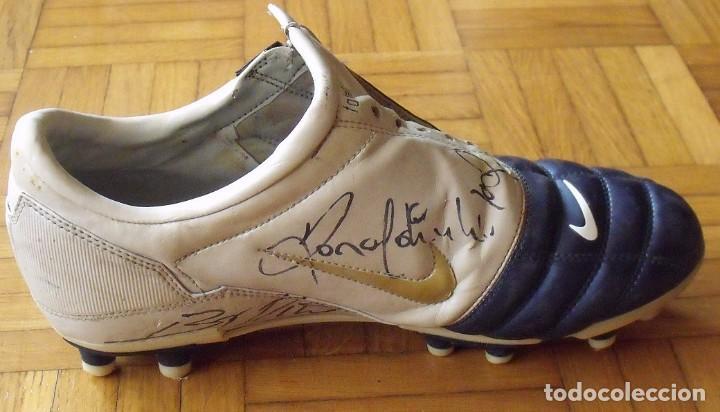 Coleccionismo deportivo: Ronaldinho, Edmilson, Belletti, Puyol, Xavi y Victor Valdés. Autógrafos, firmas, autographs botas. - Foto 3 - 211980741