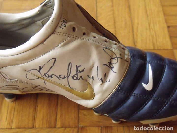 Coleccionismo deportivo: Ronaldinho, Edmilson, Belletti, Puyol, Xavi y Victor Valdés. Autógrafos, firmas, autographs botas. - Foto 4 - 211980741