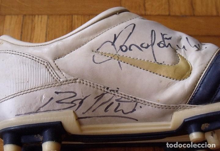 Coleccionismo deportivo: Ronaldinho, Edmilson, Belletti, Puyol, Xavi y Victor Valdés. Autógrafos, firmas, autographs botas. - Foto 5 - 211980741