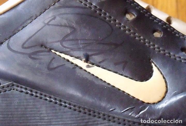 Coleccionismo deportivo: Ronaldinho, Edmilson, Belletti, Puyol, Xavi y Victor Valdés. Autógrafos, firmas, autographs botas. - Foto 9 - 211980741