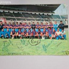 Coleccionismo deportivo: 720- POSTAL FIRMADA CON FIRMAS ORIGINALES FC BARCELONA 73/74 FOTO SEGUI 13 FIRMAS. Lote 212088562