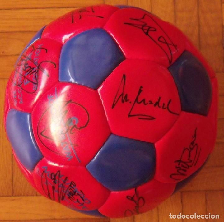 Coleccionismo deportivo: Balón F. C. Barcelona 1996-97 21 autógrafos: Ronaldo, Figo, Stoichkov, Luis Enrique, Guardiola, etc. - Foto 3 - 218568716