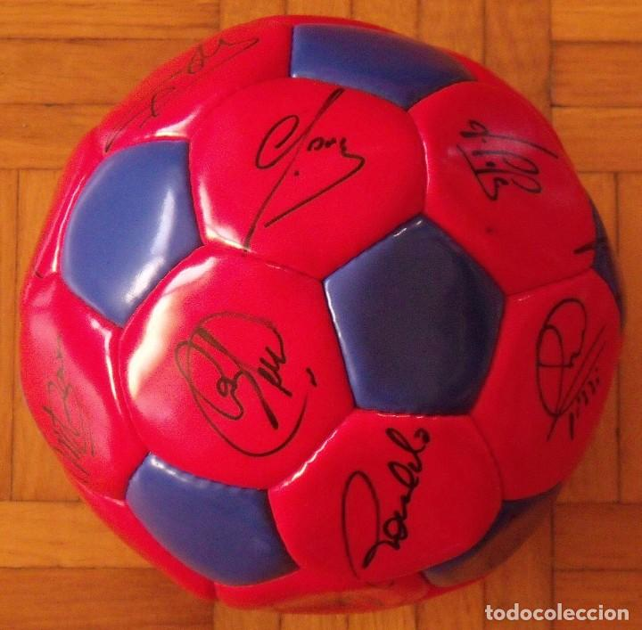 Coleccionismo deportivo: Balón F. C. Barcelona 1996-97 21 autógrafos: Ronaldo, Figo, Stoichkov, Luis Enrique, Guardiola, etc. - Foto 6 - 218568716