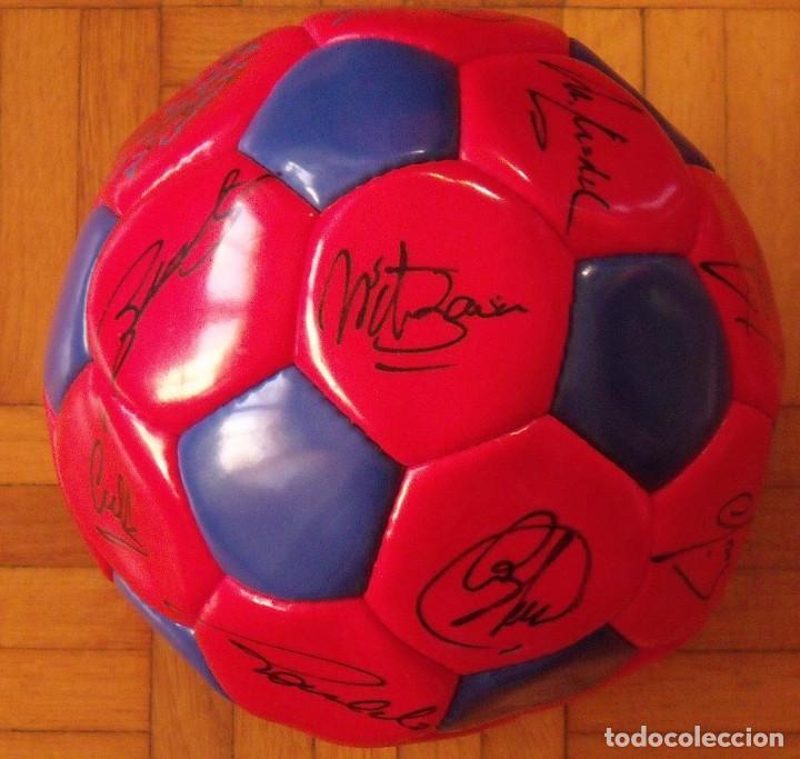 Coleccionismo deportivo: Balón F. C. Barcelona 1996-97 21 autógrafos: Ronaldo, Figo, Stoichkov, Luis Enrique, Guardiola, etc. - Foto 7 - 218568716