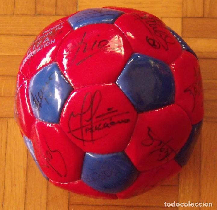 BALÓN F. C. BARCELONA 1998-99. 26 AUTÓGRAFOS. FIGO, RIVALDO, STOICHKOV, VAN GAAL, SERGI, NADAL... (Coleccionismo Deportivo - Documentos de Deportes - Autógrafos)