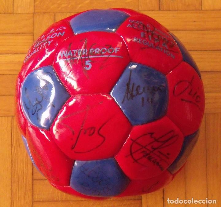 Coleccionismo deportivo: Balón F. C. Barcelona 1998-99. 26 autógrafos. Figo, Rivaldo, Stoichkov, Van Gaal, Sergi, Nadal... - Foto 2 - 219267916