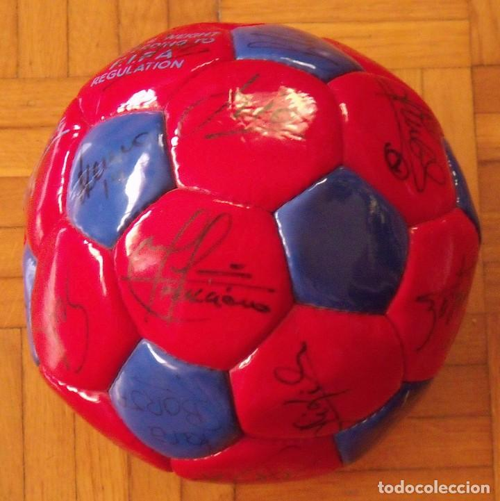 Coleccionismo deportivo: Balón F. C. Barcelona 1998-99. 26 autógrafos. Figo, Rivaldo, Stoichkov, Van Gaal, Sergi, Nadal... - Foto 3 - 219267916