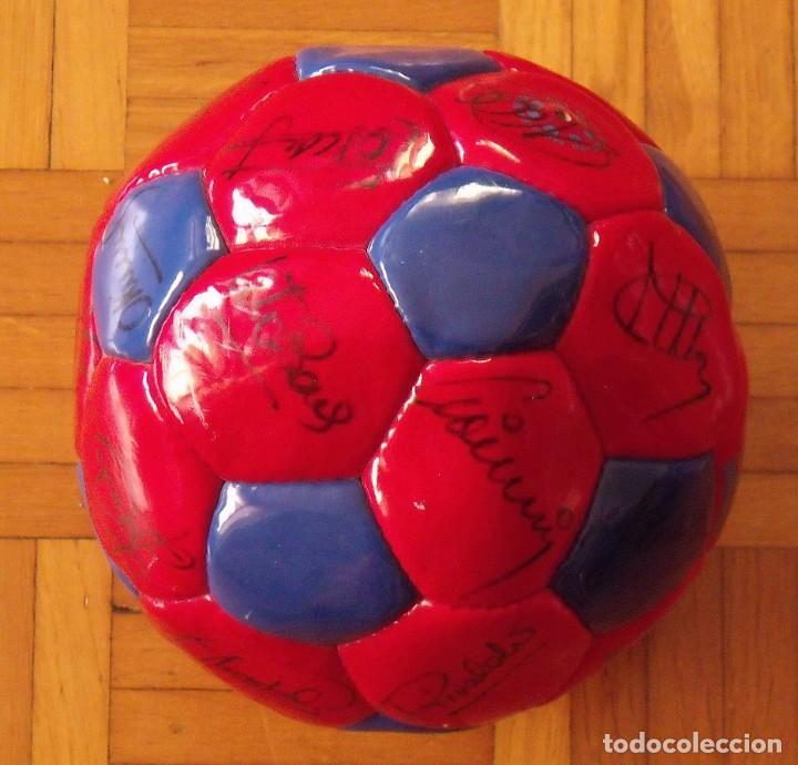 Coleccionismo deportivo: Balón F. C. Barcelona 1998-99. 26 autógrafos. Figo, Rivaldo, Stoichkov, Van Gaal, Sergi, Nadal... - Foto 4 - 219267916