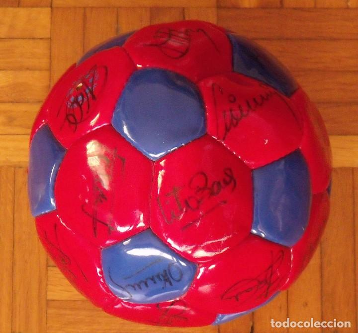 Coleccionismo deportivo: Balón F. C. Barcelona 1998-99. 26 autógrafos. Figo, Rivaldo, Stoichkov, Van Gaal, Sergi, Nadal... - Foto 5 - 219267916