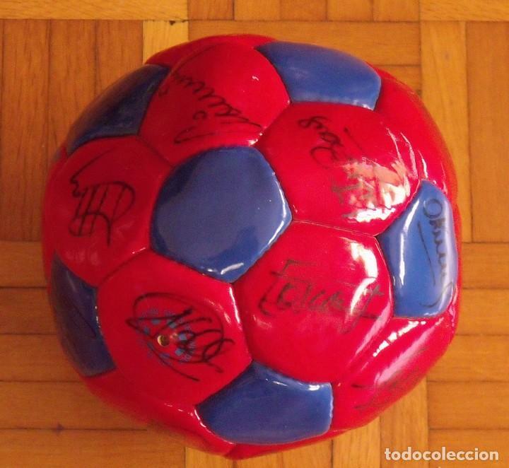 Coleccionismo deportivo: Balón F. C. Barcelona 1998-99. 26 autógrafos. Figo, Rivaldo, Stoichkov, Van Gaal, Sergi, Nadal... - Foto 6 - 219267916