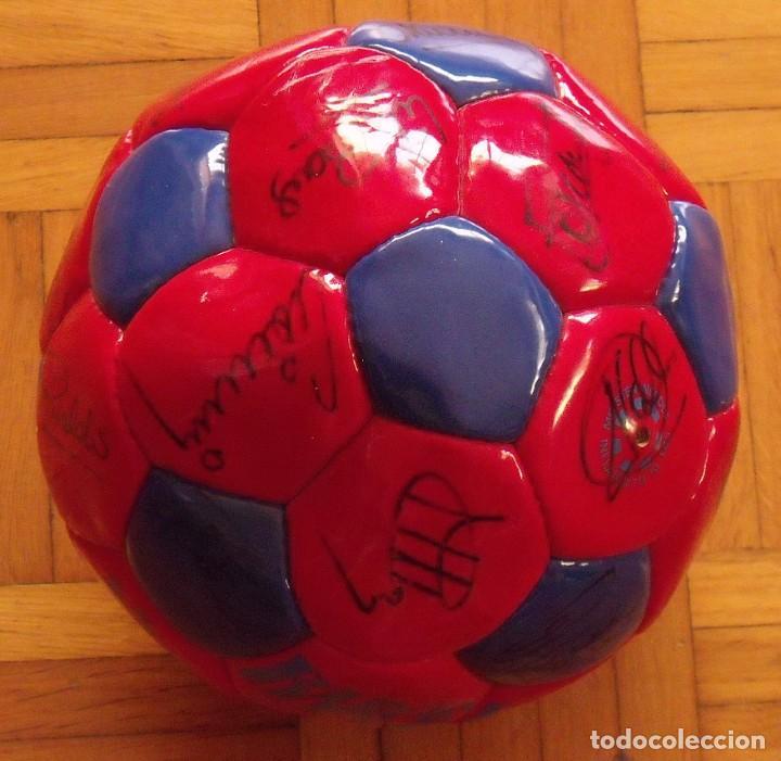 Coleccionismo deportivo: Balón F. C. Barcelona 1998-99. 26 autógrafos. Figo, Rivaldo, Stoichkov, Van Gaal, Sergi, Nadal... - Foto 7 - 219267916