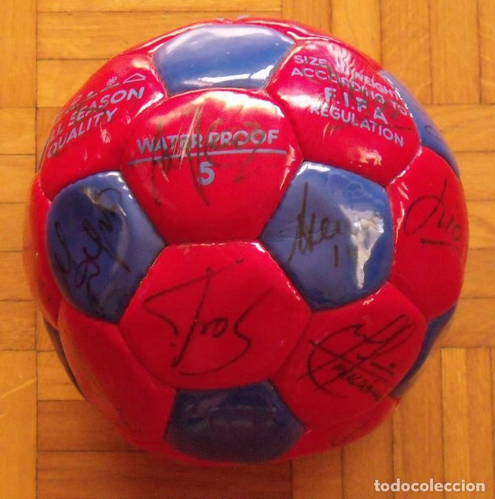 Coleccionismo deportivo: Balón F. C. Barcelona 1998-99. 26 autógrafos. Figo, Rivaldo, Stoichkov, Van Gaal, Sergi, Nadal... - Foto 8 - 219267916